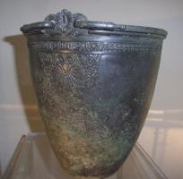Griech.-etruskische Situla (Bronze) mit umlaufendem Flechtband und filigraner Ornamentik aus dem 4. Jh. v. Chr.